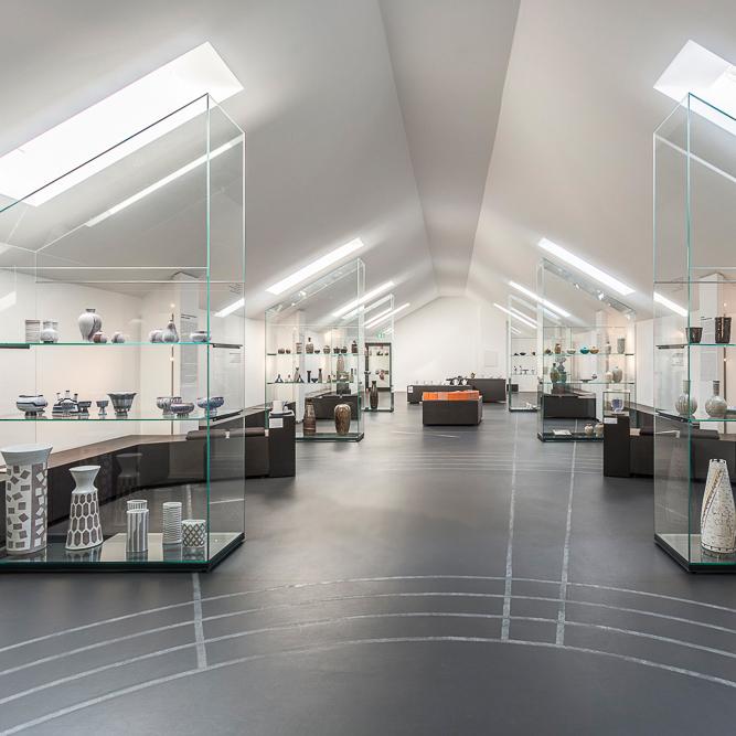 Blick in die Ausstellung mit Tageslichtvitrinen im Neubau